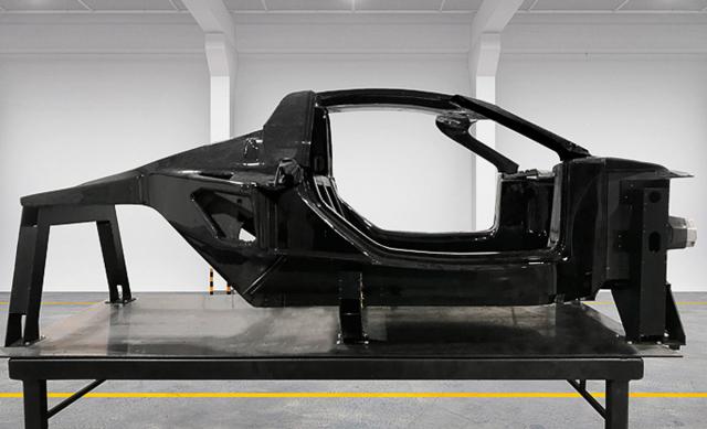 Základ vozu tvoří karbonový monokok. Zkarbonu jsou vyrobeny také díly karoserie