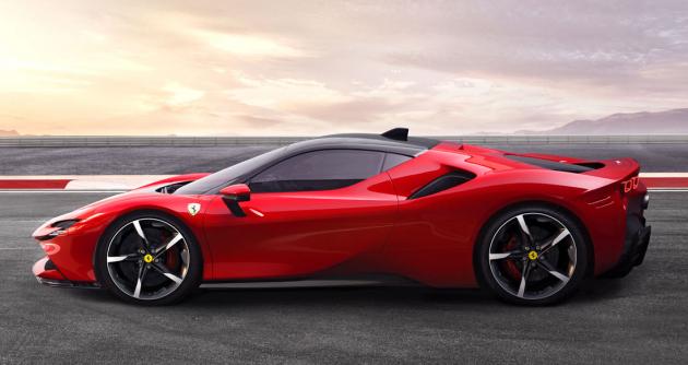 Ferrari SF90 Stradale sdílí rozvor s modelem F8 Tributo, technikou i svým zaměřením se od něj ale výrazně liší
