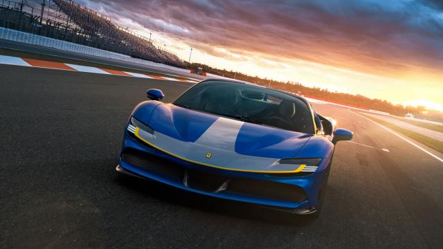 Paket Assetto Fiorano rozpoznatelný i podle šedého pásu na přídi snižuje hmotnost, upravuje aerodynamiku a model SF90 více orientuje k použití na závodních okruzích