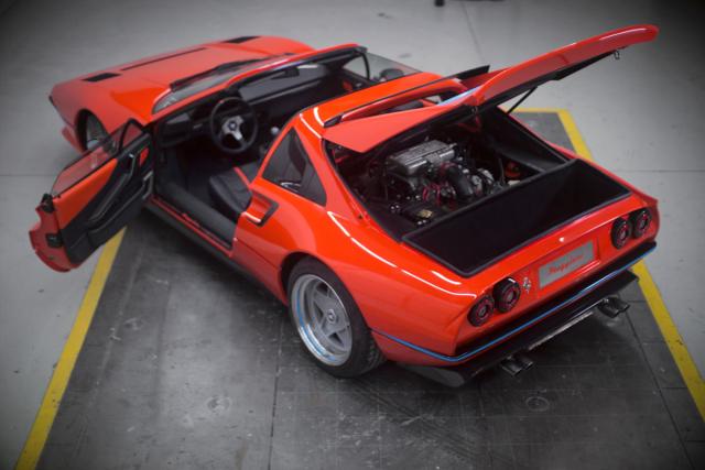 Ušlechtilé tvary nenechávají na pochybách, že původem jde o Ferrari 308
