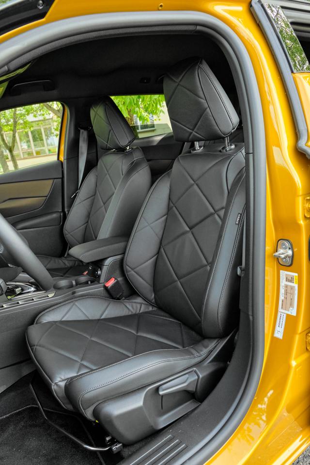 Měkce polstrovaná a rozměrná sedadla lákají k usednutí do pečlivě zpracovaného interiéru. Dovolují sportovní pozici za volantem.