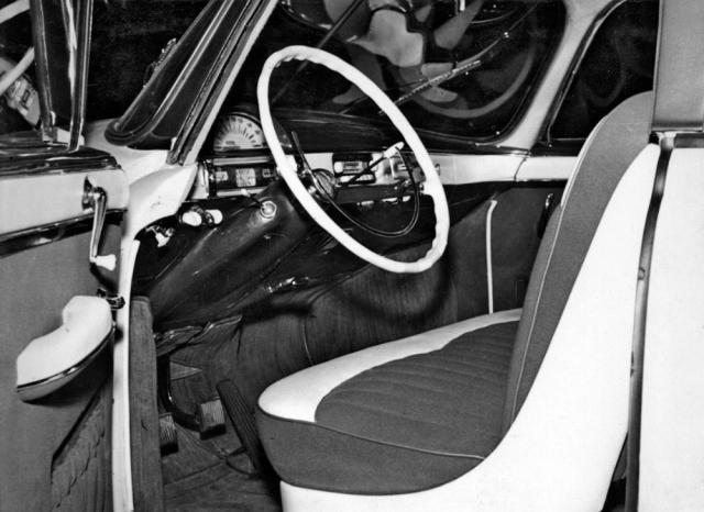 Palubní deska předsériového automobilu Tatra 603 v provedení zroku 1956