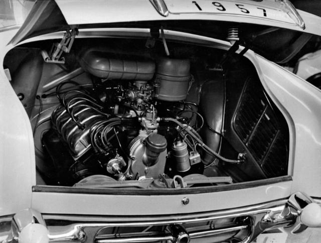 Vzadu uložený vzduchem chlazený motor V8 měl zpočátku objem 2545 cm3