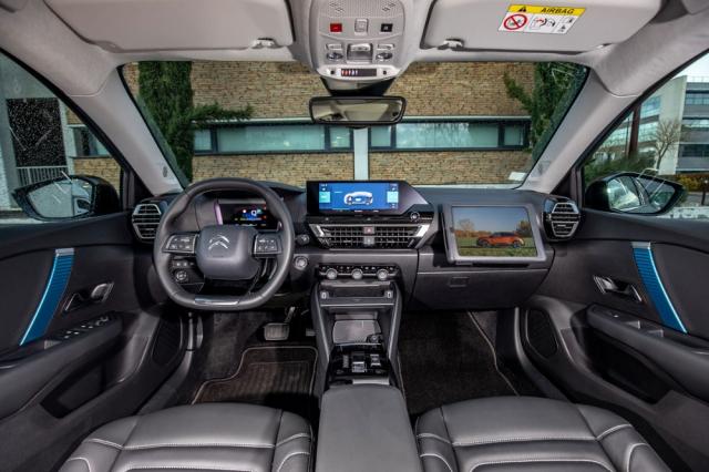 Pracoviště řidiče je moderní, ale také dostatečně praktické