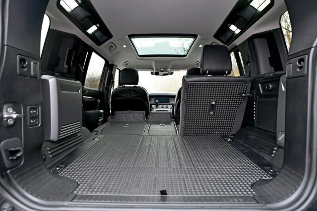 Podlaha je plochá a obložená odolným materiálem. Defender může mít i třetí řadu sedadel, pro niž jsou i u standardních verzí připraveny komfortní prvky včetně samostatného ovladače ventilace