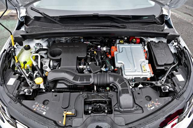 Výkonová elektronika je úhledně uložena nad převodovkou