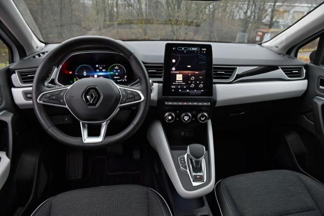 Přehledné a vzdušné pracoviště řidiče nepostrádá digitální přístrojový štít ani pro Renault typicky vertikální středový displej