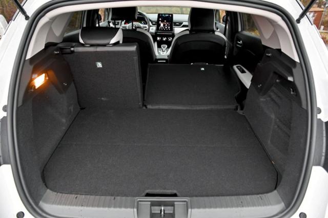 Zavazadlový prostor verze E-Tech je pod podlahou menší, ale sklopením zadních opěradel vznikne rovná plocha