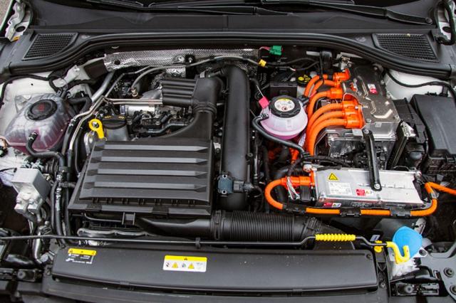 Čtyřválec 1.4 TSI a jeden elektromotor využíval model Golf GTE už v minulé generaci. Nově je elektromotor výkonnější a akumulátor má větší kapacitu
