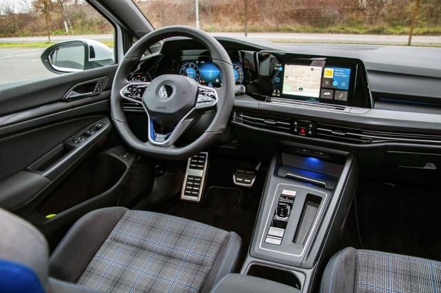 GTE přidává navíc sportovní sedačky, tříramenný volant apár dalších detailů. Jinak je interiér shodný sostatními variantami typu Golf