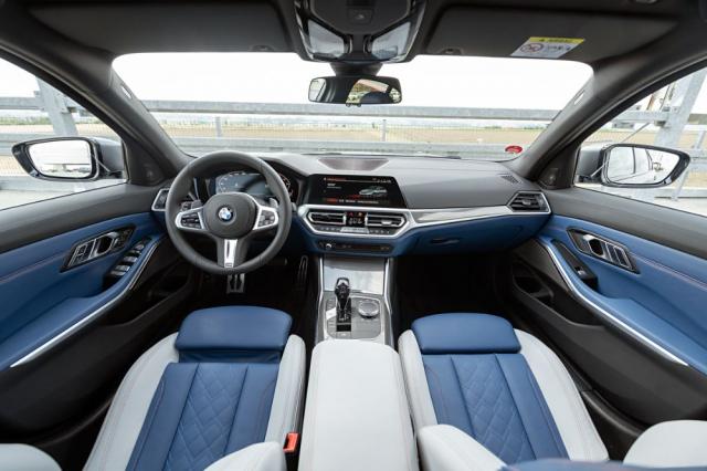 Specifické modro-bílé řešení First Edition M340i, palubní deska zaujme přehledností i jednoduchostí obsluhy