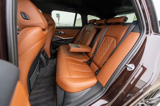 Aktuální generace BMW řady 3 (G20) již posádku prostorově neomezuje ani vzadu, potěší značná délka sedáků