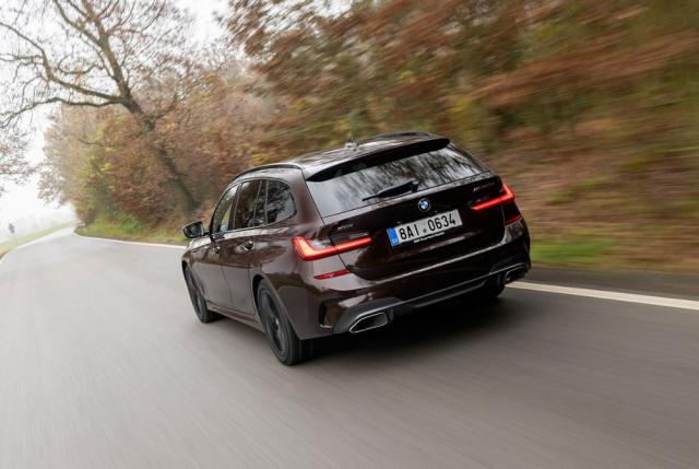 Modely M340i a M340d jsou oba dostupné skaroserií tříprostorového sedanu i dvouprostorového kombi, tradičně označovaného Touring