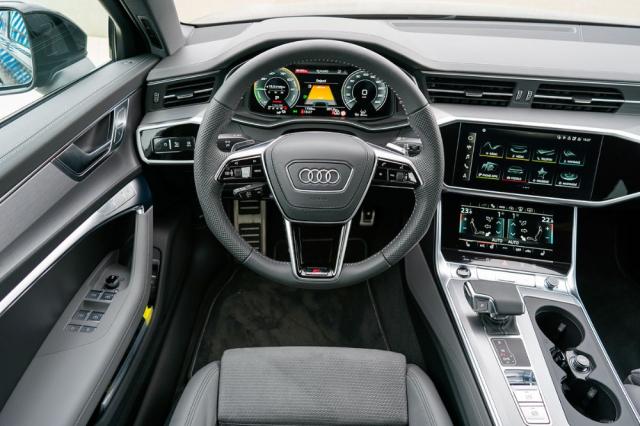 Interiér v typickém stylu Audi spropracovanou grafikou na všech třech hlavních displejích