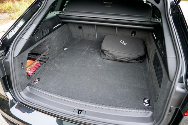 Zmenšený zavazadlový prostor omezují ještě nabíjecí kabely, Audi standardně dodává jak ze zásuvky 220 V, takMode 3