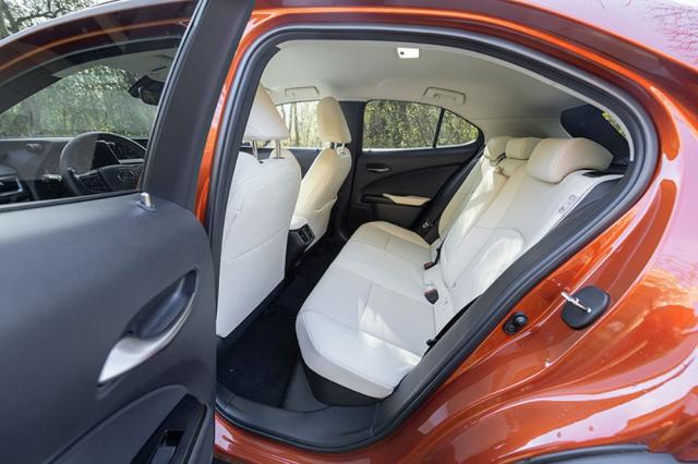 Kvalitu interiéru v testovaném voze podtrhovalo nepříliš praktické bílé čalounění