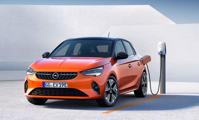 Opel Corsa-e s čistě elektrickým pohonem má pod podlahou integrované akumulátory s celkovou kapacitou 50 kWh, které zajistí suverénní dojezd až 337 km na jedno nabití. Svýkonem 100 kW (136 k) jde o nejvýkonnější variantu modelu Corsa