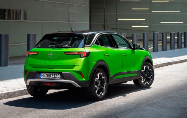 """Opel Mokka právě přichází vesvé druhé generační podobě. Jeho výrazný design soriginální maskou """"Opel Vizor"""" předznamenává designérský styl všech budoucích modelů německé značky. Originální a vysoce stylový vůz je k dispozici se zážehovými i vznětovými motory, hned od uvedení na trh je Mokka k dispozici i jako elektromobil Mokka-e"""