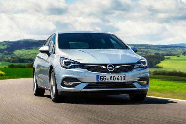 Aktuální Opel Astra je k dispozici spětidveřovou karoserií ijako praktické kombi. Zaujme vyváženými vlastnostmi aširokou nabídkou úsporných motorů