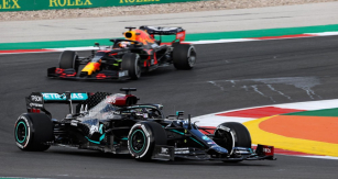 Lewis Hamilton (Mercedes-AMG) vyhrál nejvíce závodů, ale Max Verstappen na Red Bullu mu byl největším soupeřem