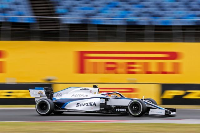 George Russell pokračuje vtýmu Williams i v letošním roce (pro Mercedes-AMG zůstává náhradníkem)