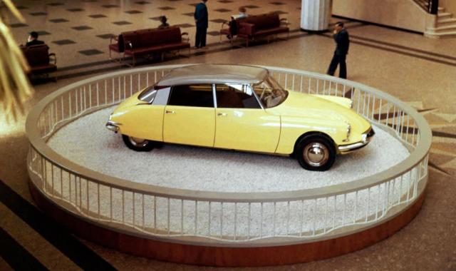 Model DS měl oproti poválečné kachně mnohem vyšší ambice. Jeho úkolem bylo navázat na opulentní meziválečné vozy