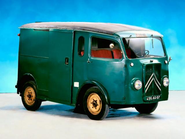 Díky koncepci předního pohonu přišel Citroën TUB už v roce 1939 splochou podlahou a posuvnými dveřmi