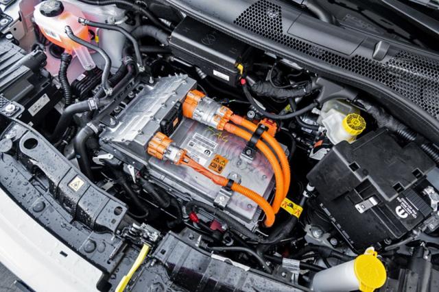 Pod krátkou přední kapotou je umístěn motor s jednostupňovým převodem avýkonovou elektronikou