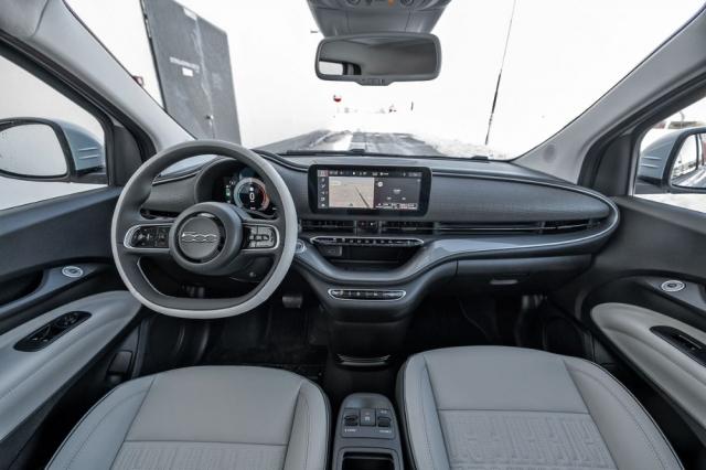 Palubní deska působí hodnotnějším dojmem než u benzinových Fiatů 500, současně potěší jednoduchostí a příkladnou funkčností. Odkládací přihrádka uprostřed umí bezdrátově nabíjet telefony