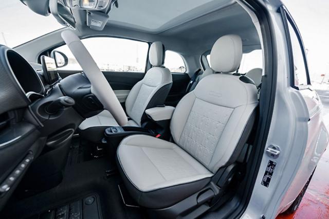 Sedadla poskytují potřebnou oporu, kožené čalounění má prošívání tvořené nápisy FIAT
