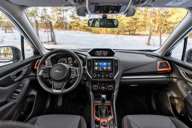 Palubní desku verze Sport oživují oranžové doplňky a stejnou barvou provedené prošívání na volantu, palubní desce, sedadlech a dveřích