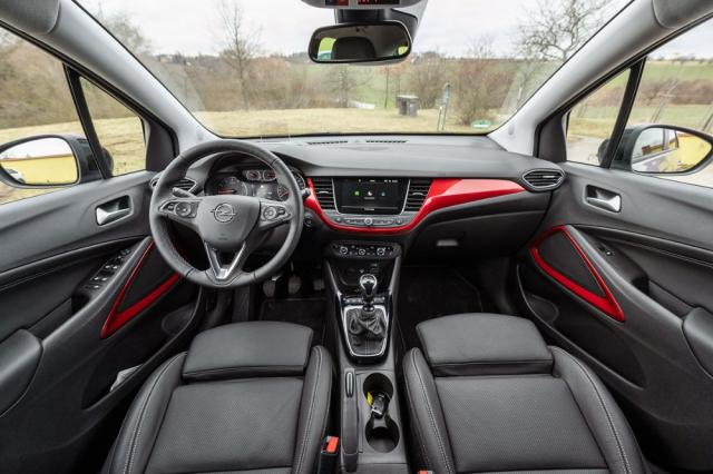 Na rozdíl od exteriéru se interiér nijak zásadně nezměnil. Opel Crossland stále razí tradiční přístup s větším množstvím tlačítek a rozumně velkými displeji. Z pohledu ergonomie je takové řešení určitě lepší