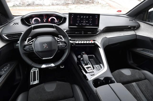 Palubní deska je výrazně orientována na řidiče. Dominují jí malý volant arozšířený displej vylepšené multimediální soustavy
