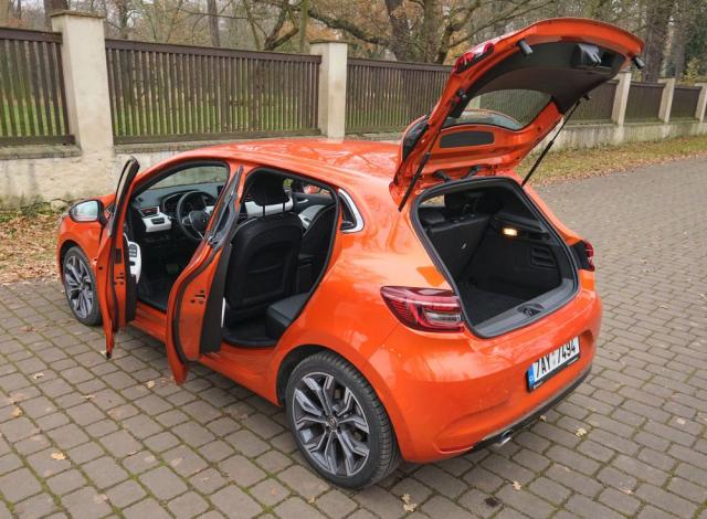 Nabídkou místa i přístupu do kabiny je Clio typickým zástupcem své třídy, litry zkrátka nikoho neohromí. Zato kombinace šedostříbrných sedmnáctipalcových ráfků Viva Stella s jasně oranžovou metalízou Valencia je opravdu povedená. Ostatně ani bleděmodrá metalíza Céladon na hybridním modelu nevypadá vůbec špatně