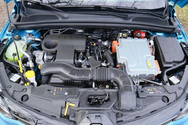 Příznivá spotřeba paliva není jedinou devízou hybridu: Zejména ve městě je na palubě díky velmi dlouhým úsekům v EV módu nebývalý klid