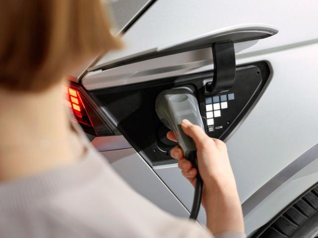 Zásluhou možnosti přepínání mezi 400 a800 V je Ioniq 5 schopen nabíjení výkonem až 350 kW, což je jedna znejlepších hodnot mezi současnými elektromobily