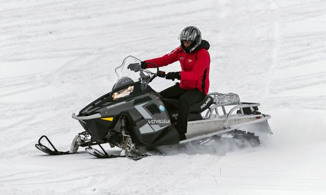Sněžný skútr Polaris Voyageur jevýkonným astabilním společníkem. Dozadu lze instalovat druhé sedadlo, ale idržáky pro náklad