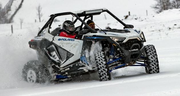 Čtyřkolka Polaris RZR Pro XP je rychlá a nesmírně zábavná na všech druzích povrchu, včetně hlubokého sněhu