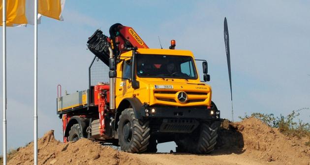 Těžký Unimog řady 4000 na vrcholu stoupání