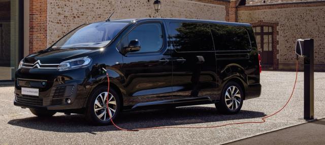 Citroën ë-SpaceTourer je osobní verzí užitkového Citroënu ë-Jumpy. Přehlasované e vnázvu označuje jejich elektrický pohon