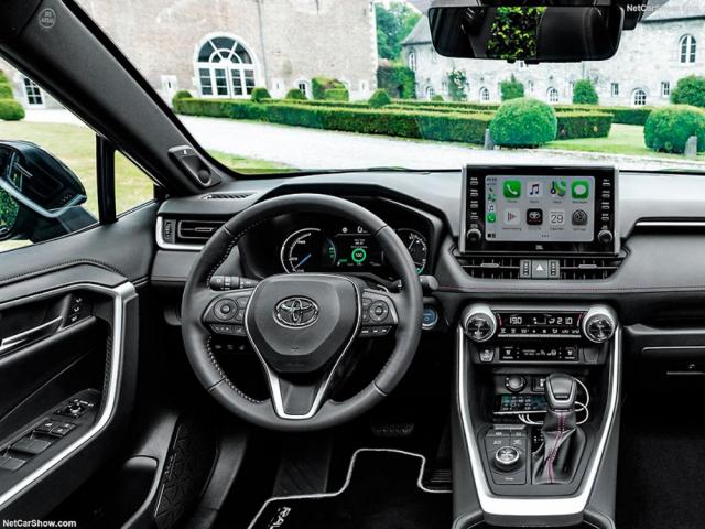 Pracoviště řidiče plug-in hybridní RAV4 je vybaveno bohatě, ale hlavně přehledně