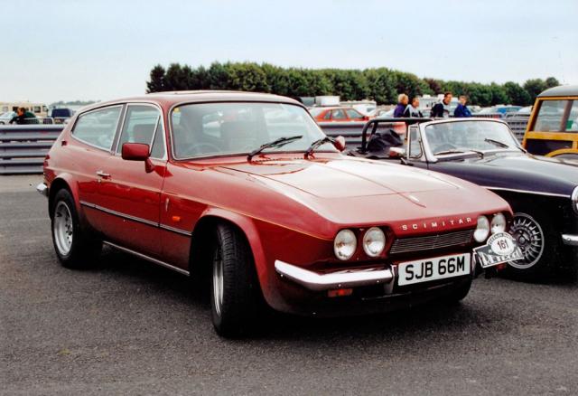 Vzorně renovovaný Scimitar GTE Overdrive první generace na srazu v Silverstone 2001 (výroba 1968 až 1975)