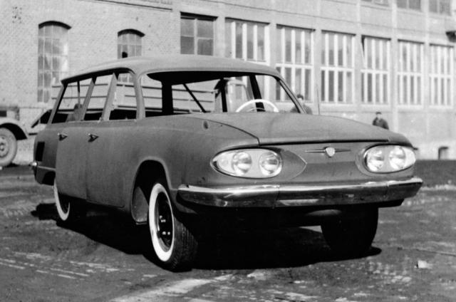 Rozestavěné kombi Tatra 603 A v roce 1963 na dvoře kopřivnické automobilky
