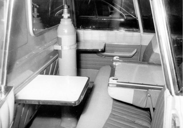 Sklopená střední část opěradla zadního sedadla vytvořila prostor pro nosítka