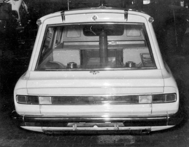 Také sanitní Tatra 603 A měla na zádi světelný pás přes celou šířku karoserie