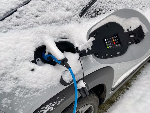 Nabíjení elektrických vozů obecně snižuje jejich uživatelský komfort. Nicméně spolehlivě probíhá za všech okolností. U nabíjení z běžné zásuvky jsme v závislosti na teplotě nepozorovali žádné změny, v mrazech se nabíjení na rychlonabíjecích stanicích zpomalilo