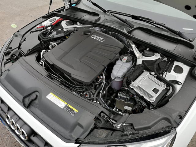Známý vznětový čtyřválec 2.0TDIevo vozu zajišťuje velmi dobrou dynamiku při rozumné spotřebě paliva. V zimě se prohřívá pomalu, příplatková vyhřívaná sedadla proto přijdou vhod
