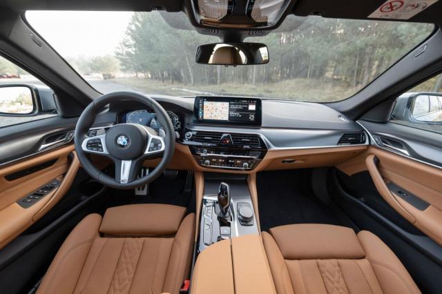 Interiér poskytuje vynikající komfort asoučasně příkladnou ergonomii. Použita je 7.generace systému iDrive, ataké nová funkce BMW Maps
