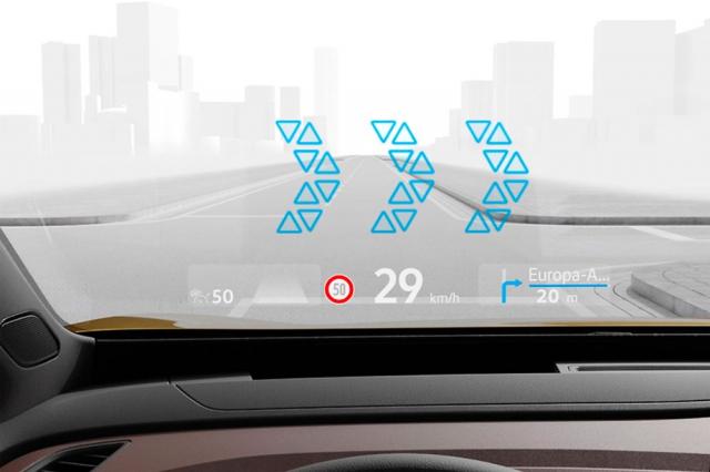 Technicky zajímavý head-up displej má dvě promítací roviny –jednu bližší a druhou vzdálenější. Jejich kombinací dokáže vytvářet zajímavé efekty. Například šipky navigace se mohou pohybovat podle odbočky