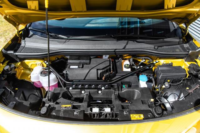 Pod přední kapotou je umístěna klimatizace a další technika. Škoda, že se zde nepodařilo najít místo na úložný prostor pro nabíjecí kabely a další výbavu